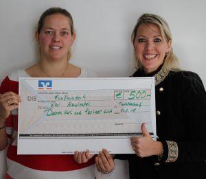 Carolin Heuckmann-Wiesinger Felizitas Heuckmann von der Firma Karl Dahm & Partner GmbH mit Spende für Kinderkrippe Truchtlaching
