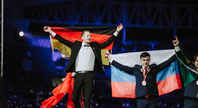 Fliesenleger Janis Gentner ist Weltmeister im Fliesen legen - WorldSkills 2019