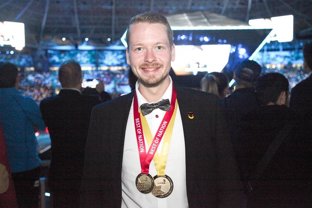 Strahlender Sieger: Janis Gentner ist Weltmeister im Fliesen legen und zusätzlich der beste Teilnehmer des deutschen Nationalteams | WorldSkills 2019 Kazan