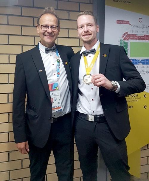 Bundestrainer der deutschen Fliesenleger Roland Filkorn und Janis Gentner nach der Siegerehrung - WorldSkills 2019 in Russland