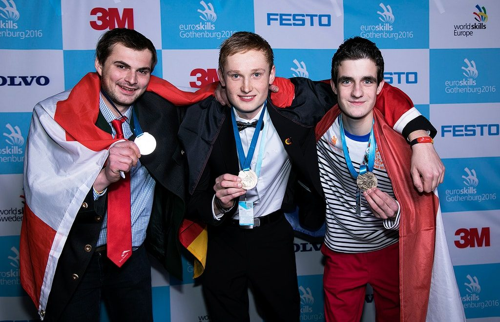 Tim Welberg (mitte) ist deutscher Europameister im Fliesen legen