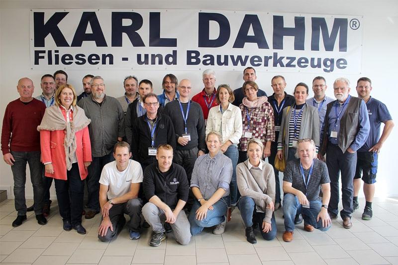 Gruppenbild Berufsschulleher für Fliesenleger und Handwerker bei KARL DAHM Fliesen- und Bauwerkzeuge am Chiemsee