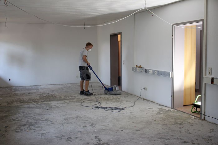 Alte Büroräume bei KARL DAHM werden renoviert - Abschleifen und Reinigen des Untergrundes vor dem Ausgießen der Ausgleichsmasse mit der Schleif- und Reinigungsmaschine KD 55